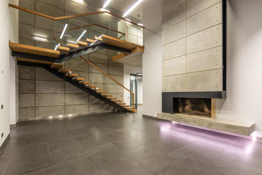 Escaleras y chimenea con LEDs